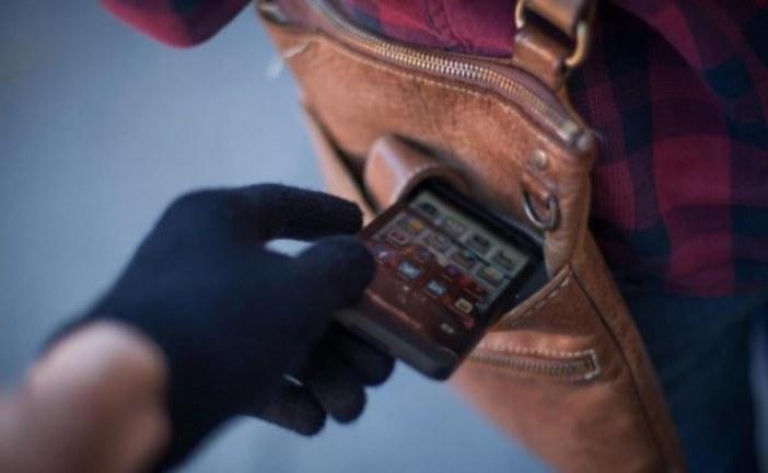 У мешканки Тернопільщини поцупили в магазині мобільний телефон: підозрюють 44-річну жінку