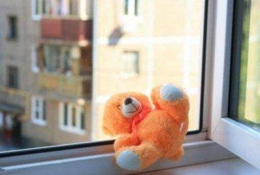 На Кременеччині з вікна четвертого поверху випала однорічна дитина