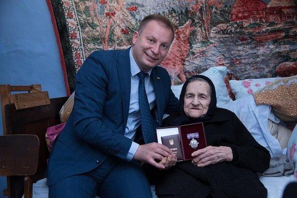 Керівник Тернопільщини вручив орден княгині Ольги ІІІ ступеня колишній зв'язковій УПА 95-рiчнiй Марiї Демків (ФОТО)