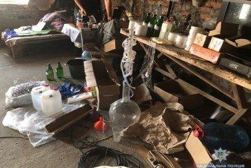 Правоохоронці Києва затримала чотирьох зловмисників, які виготовляли та збували наркотики (ФОТО, ВІДЕО)