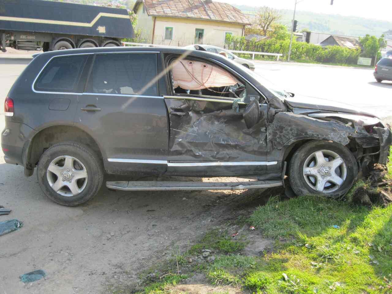 У Львові водій іномарки не впорався з керуванням та врізався в електроопору (ФОТО)