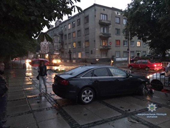 У Львові п'яний водій зніс зупинку громадського транспорту (ФОТО)