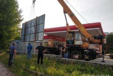 У Тернополі «муніципали» демонтували незаконний білборд (ФОТО)
