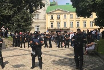 Провокативний міні-пікет у Львові охороняють десятки поліцейських (ФОТО)
