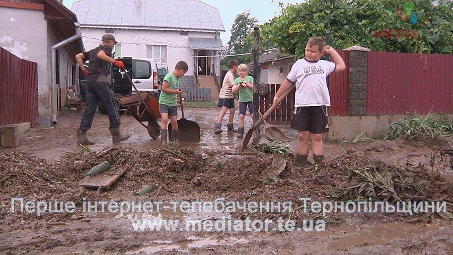 Жителі Шибалина на Бережанщині, досі виносять намулу з дворів після зливи (ФОТО, ВІДЕО)