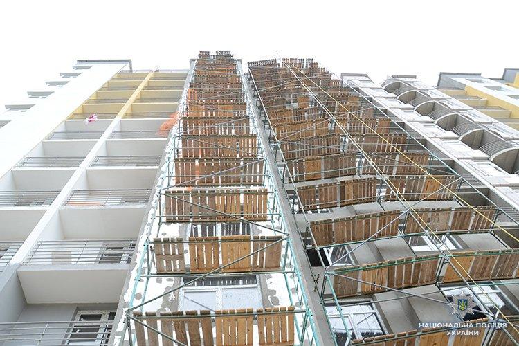 Впав з одинадцятого поверху і розбився: у Тернополі розслідують нещасний випадок на будівництві (ФОТО, ВІДЕО)