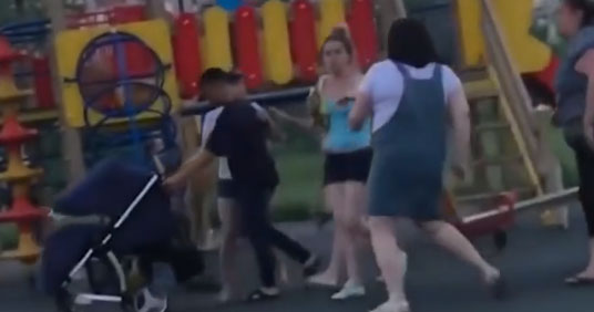 У Росії молоді мами влаштували п'яну бійку на дитячому майданчику (ВІДЕО)