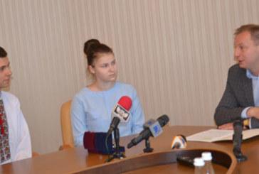 Школярі з Тернопільщини, які склали ЗНО на 200 балів, отримали подарунки і грошові премії (ФОТО)