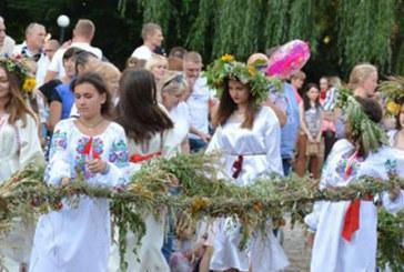 У Теребовлі сплели найдовший в Україні вінок: купальський символ вагою 720 кілограмів створили 65 жінок і дівчат (ФОТОРЕПОРТАЖ)