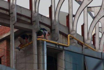 Нові розваги у Києві: як піднятися по газовій трубі на висотку (ФОТО)