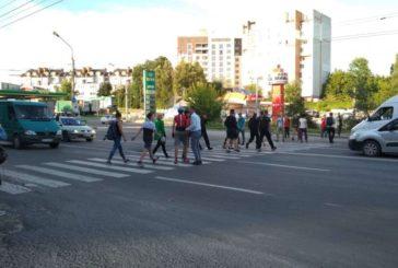 На вулиці 15 Квітня перекрили дорогу: люди протестують проти забудови в парку (ФОТО, ОНОВЛЮЄТЬСЯ)