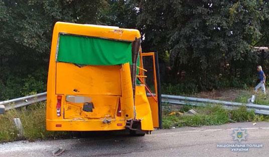 У Києві маршрутка зіткнувшись з вантажівкою проломила відбійник та з'їхала з дороги (ФОТО)