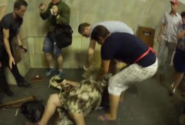 У Київському метро жінка покусала кошеня (Обережно! Відео містить сцени насилля і нецензурну лексику!)