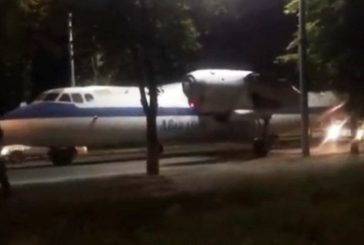 Нічого дивного: киян розвеселив літак, який вночі проїхав по Повітрофлотському проспекту (ВІДЕО)