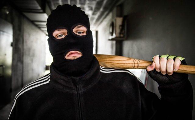 Нічого кращого не придумали: четверо тернополян вибили борг у роботодавця надававши йому стусанів