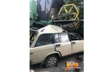 На Тернопільщині авто врізалось у комбайн: водій загинув, пасажирка в реанімації (ФОТО)