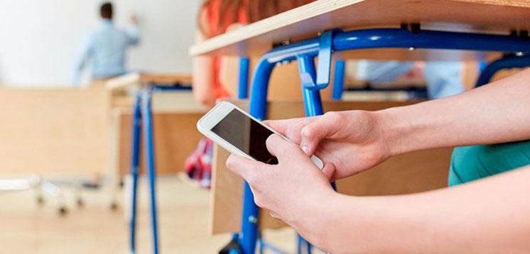 У Франції заборонили смартфони в школах