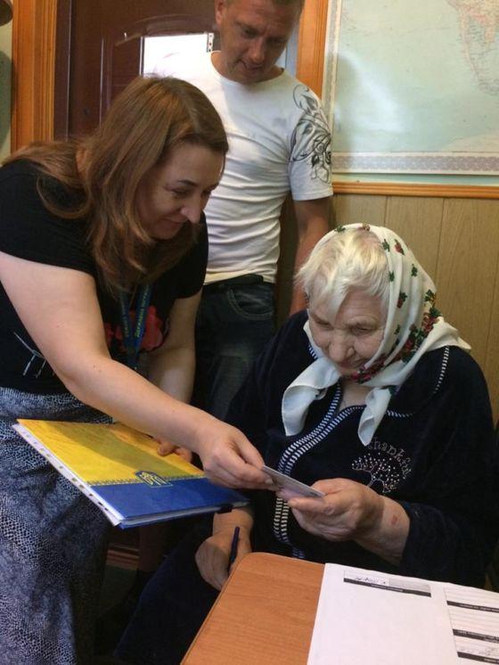 Жителька Тернопільщини отримала перший паспорт у 89 років (ФОТО)