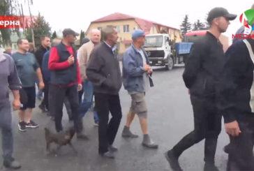 Смертельна ділянка – без світлофора: селяни перекрили дорогу з Тернополя до Львова