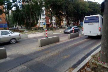 На проспекті Злуки у Тернополі завершують облаштування підвищеного пішохідного переходу (ФОТО)
