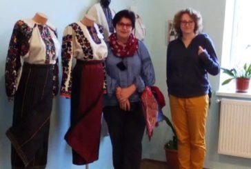 Українці Латвії подякували тернопільським майстриням за унікальний рекорд і подарували прапор (ФОТО)
