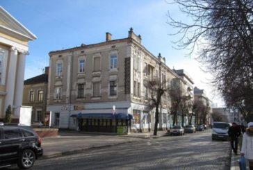 У центрі Тернополя оновлюють фасад старовинного будинку (ФОТО)