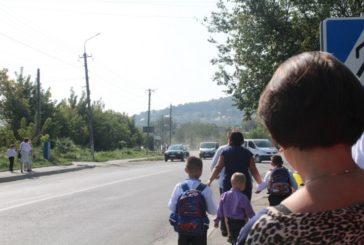 Учні Кременецької ЗОШ №4 у небезпеці через відсутність розмітки на дорозі (ФОТО)