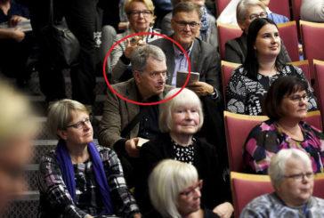 Президентові Фінляндії не знайшлось місця в залі – сів на сходи