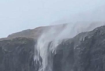 У Шотландії водоспад через шторм «потік» у небо (ВІДЕО)