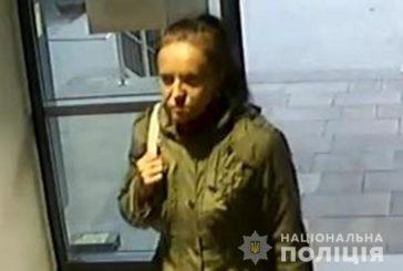 У Тернополі жінка викрала з відомого супермаркета елітний алкоголь і засвітилась на камерах спостереження