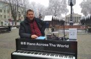 У Тернополі грав вуличний піаніст, який виступав у понад 300 містах світу (ФОТО)