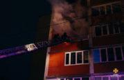 У Тернополі горіла квартира у багатоповерхівці, її власник вистрибнув з вікна третього поверху, евакуйовували 42 людей (ФОТО, ВІДЕО)