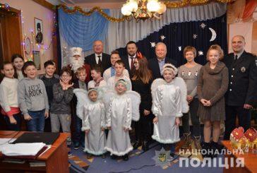 Поліцейські Тернопільщини завітали з подарунками до підшефних зі спецшколи та дитячого будинку (ФОТО)