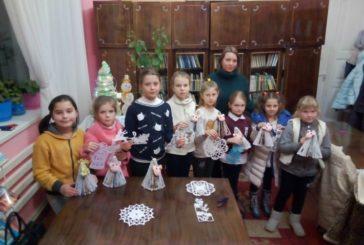 У Кременецькій міській бібліотеці для дорослих вчили дітей виготовляти новорічні прикраси (ФОТО)