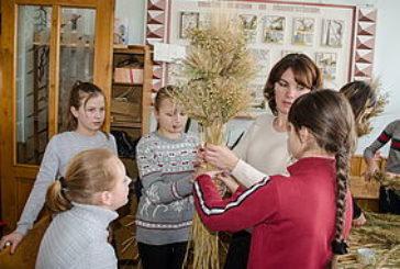 Працівники заповідника «Медобори» вчили дітей виготовляти дідуха (ФОТО)