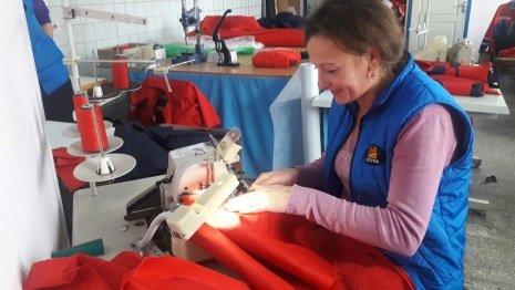 Після стажування жителька Тернопільщини отримала роботу з пошиття спецодягу для рятувальників (ФОТО)
