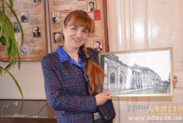 Історія, вишита хрестиком: тернополянка відтворює старовинні будівлі голкою і ниткою на полотні (ФОТО)
