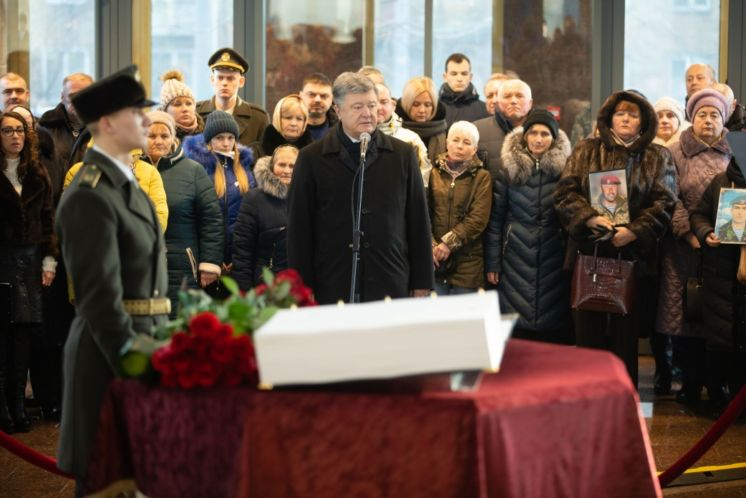 Петро ПОРОШЕНКО: «Українці схилять голову, тільки вшановуючи своїх Героїв, і ні перед ким іншим»