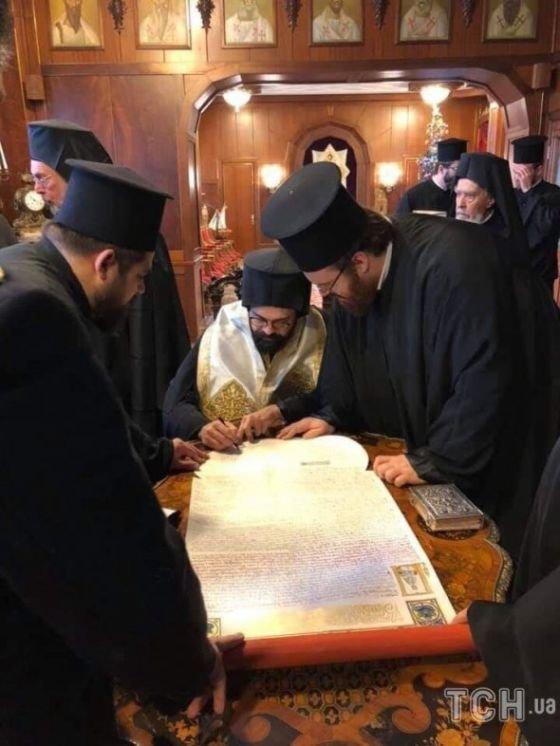 Синод Вселенського патріархату підписав Томос про автокефалію Православної церкви України (ФОТО)