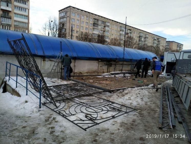 У Тернополі досі триває демонтаж літніх майданчиків  2831bea610c76