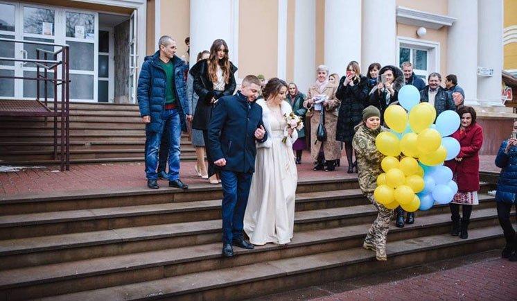 Експрес-весілля організували за добу: Тернопільські військові побралися перед від'їздом на Схід (ФОТО)