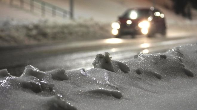 На Тернопільщину повертається зима: водіям і пішоходам слід бути обачними
