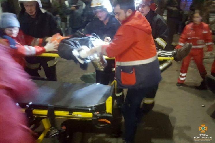 """У Тернополі іномарка врізалась у дерево: двох постраждалих людей """"вирізали"""" з авто"""