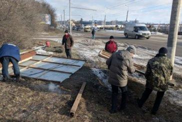 У Тернополі, на вул. Протасевича, розтрощили самовільно встановлений рекламний щит (ФОТО)