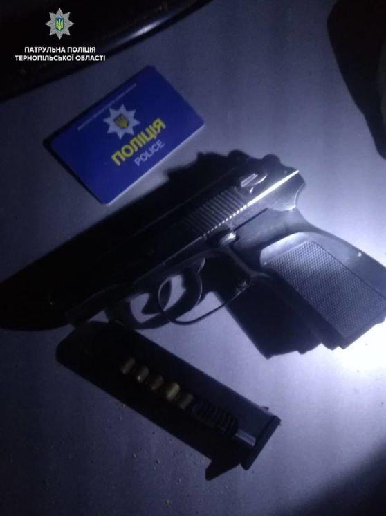 Тернопільські патрульні знайшли у водія під дією «дурману» зброю, набої, підроблене посвідчення поліцейського, наркоту (ФОТО)