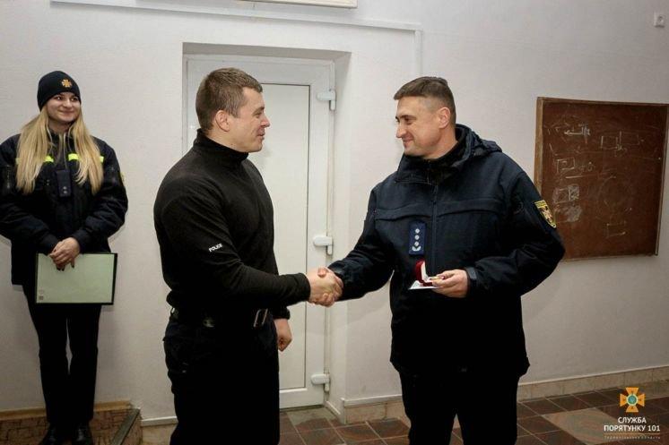 Тернопільські «надзвичайники» нагородили патрульного за порятунок дитини (ФОТО)