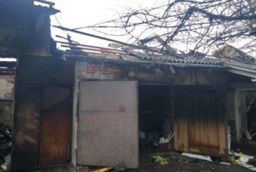 У селищі поблизу Тернополя згорів гараж, машина, мотоблок та інші речі (ФОТО)