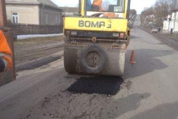 Державні дороги Тернопільщини у перший день весни активно латали
