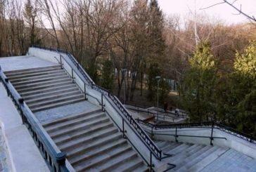 У тернопільському парку «Топільче» ремонтують пішохідні алеї та місток (ФОТО)