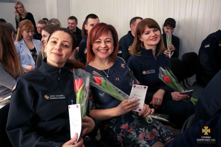 Тернопільські рятувальники привітали жінок з прийдешнім святом весни, кохання і краси (ФОТО)